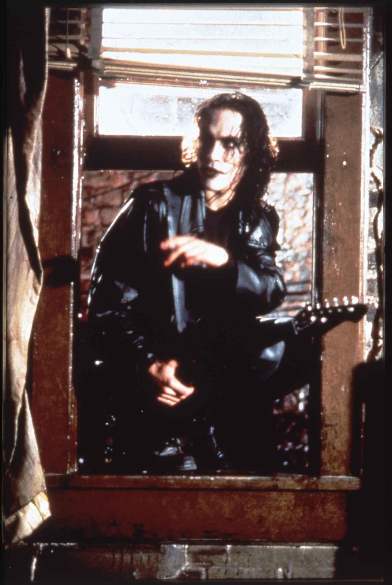 画像: 「クロウ/飛翔伝説」のブランドン・リー。撮影中に銃の事故で死亡した。