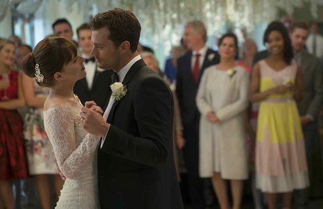 画像: クリスチャンとアナは結婚式を挙げるが