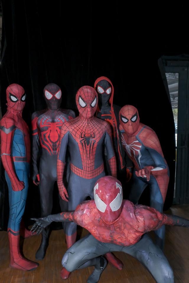 画像: 様々なスパイダーマンが集合