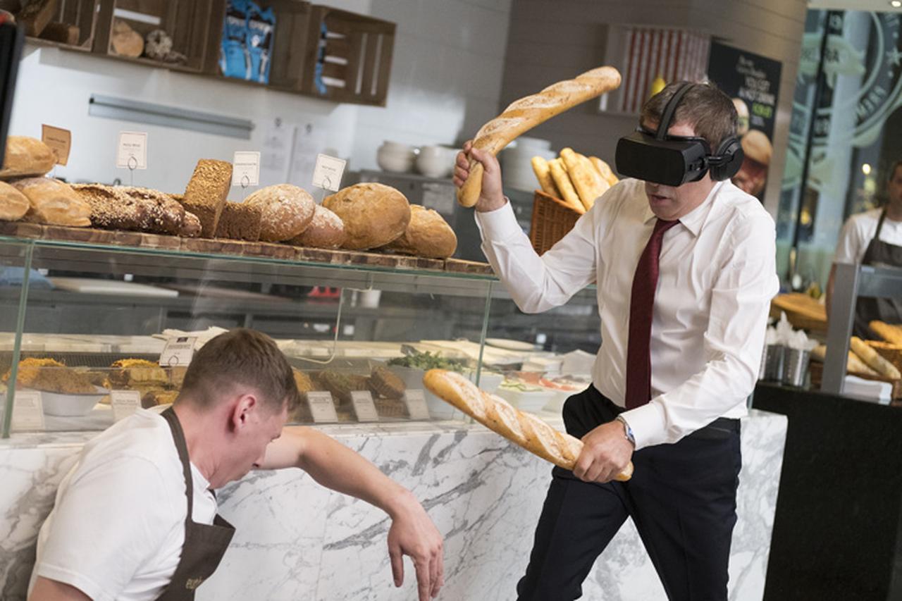 画像: ジョニーはロシアのスパイと組み、サイバー攻撃に立ち向かう!