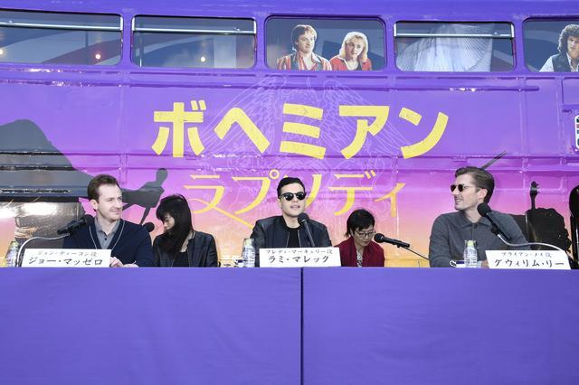 画像: キャストの顔写真が施されたスペシャル・ラッピングの二階建てロンドンバスを背にした屋外ステージで記者会見をした3人。