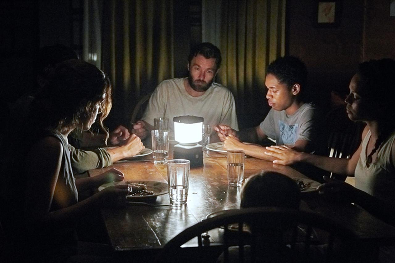 画像: 感染を恐れながら暮らす家族のもとに、ある一家が現われ…