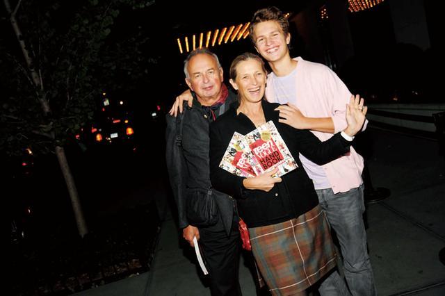 画像: 父アーサー、母と一緒に
