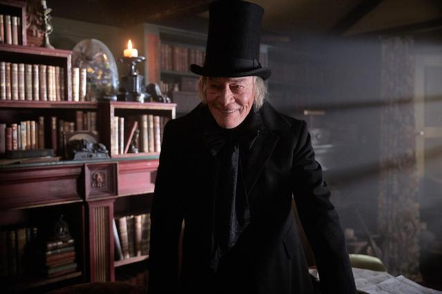 画像: 物語を進めるディケンズの前に主人公の老人が現れる