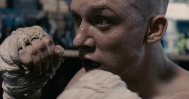 画像: 再起を懸けてタイに渡った英国人ボクサー・ビリーだが、刑務所に収監され……