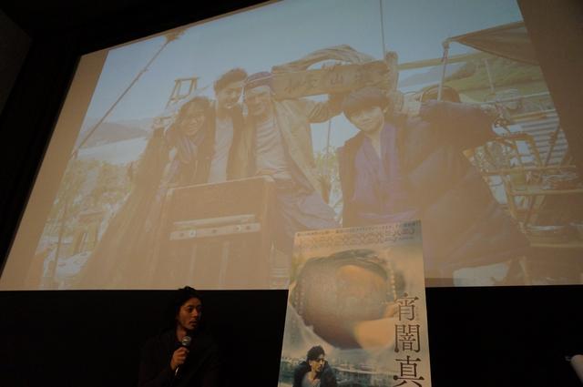 画像: スクリーンにはドイル監督と自身を捉えたメイキング写真が映し出された。