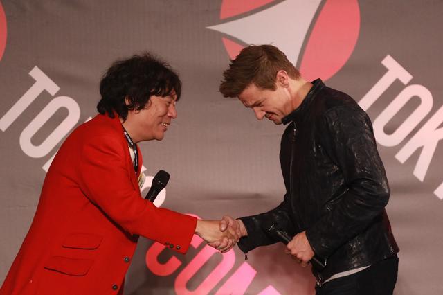 画像: 杉山さんのナイスMCに握手を求めてきたジェレミー
