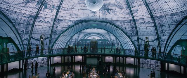 画像: 天井がガラス張りの総務省