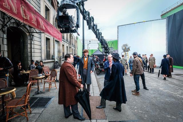 画像: パリのセットでキャストと監督が打ち合わせ中