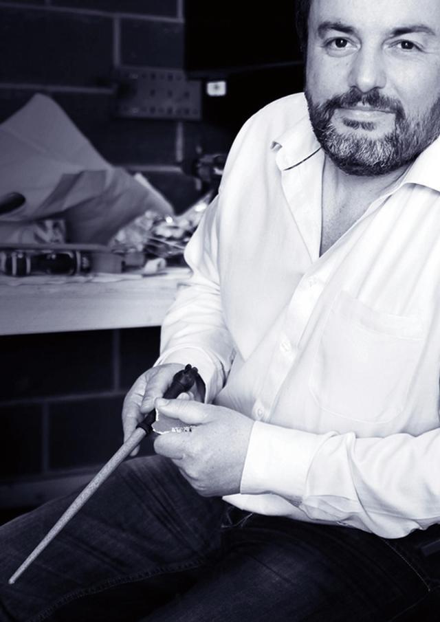 画像: 小道具チームのリーダー、ピエール・ボハナ