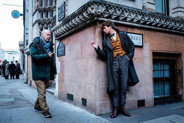 画像: ロンドンのセットで監督とエディ