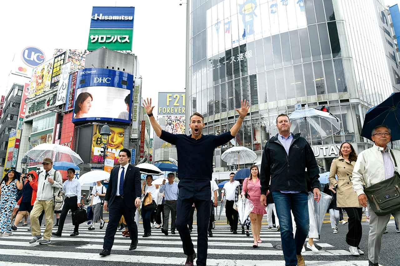 画像: 渋谷の交差点で叫ぶアブない人、じゃなくてライアン・レイノルズ