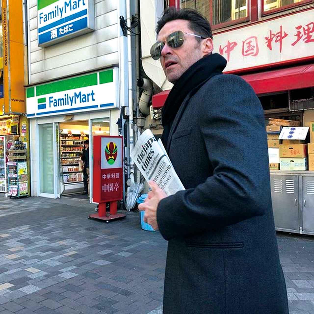 画像: こうしてヒューがぶらっと歩いていると有楽町の駅前じゃない感じ