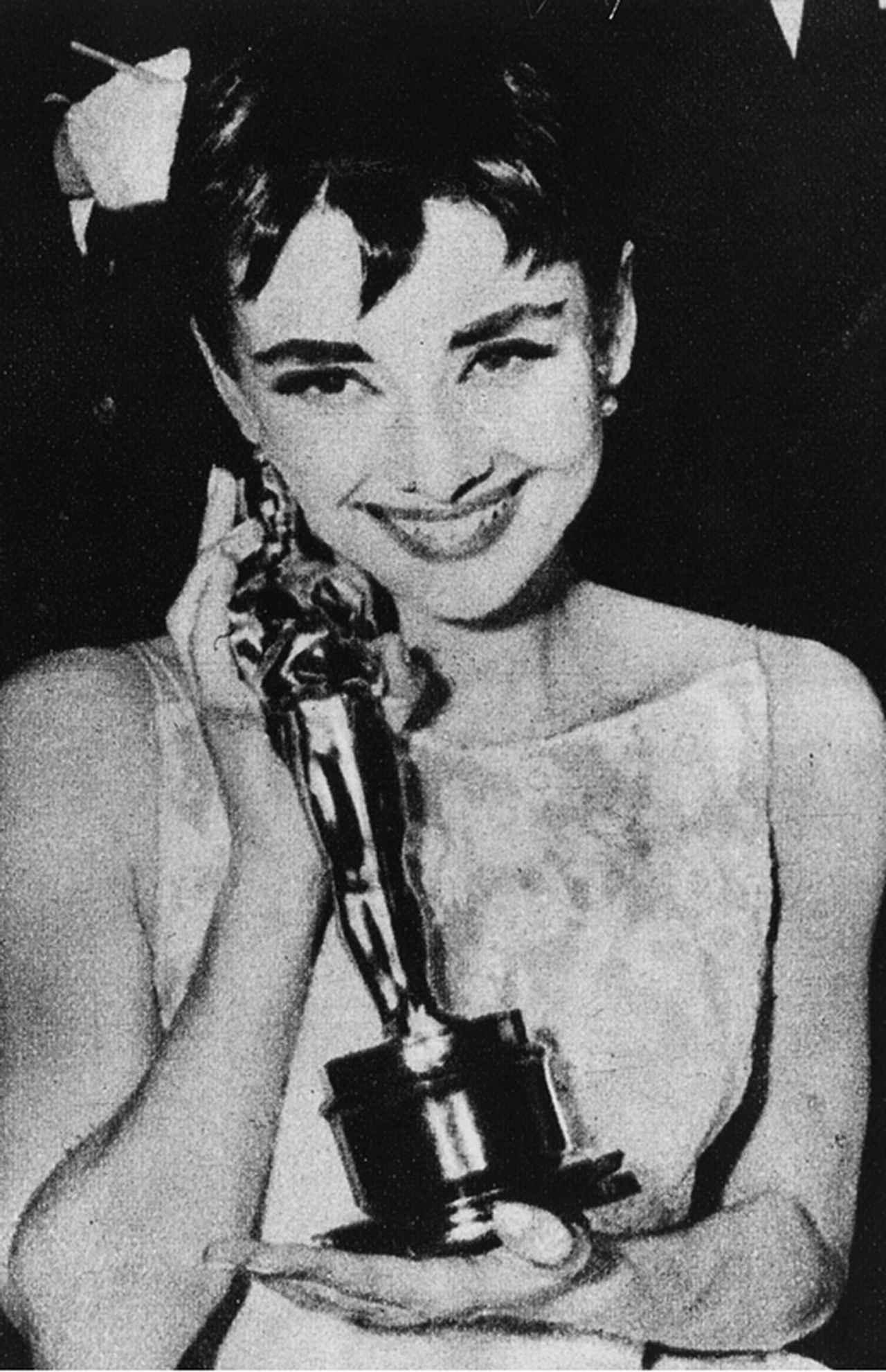 画像: 「ローマの休日」でアカデミー賞を受賞。舞台に出演中のため、ニューヨークでオスカーを授与された
