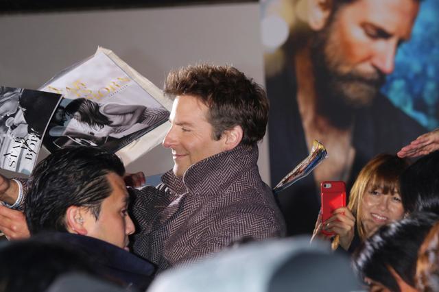 画像: 笑顔でファンサービスに応じるブラッドリー・クーパー