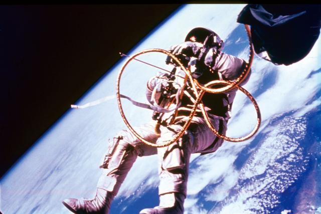 画像: 宇宙遊泳するエド・ホワイト Photo by NASA/Interim Archives/Getty Images