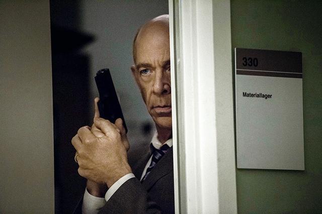 """画像: """"もう一つの世界""""でハワードは凄腕スパイだった"""