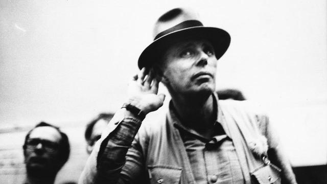 """画像: 坂本龍一が推薦!""""社会を彫刻した""""伝説の芸術家に迫る『ヨーゼフ・ボイスは挑発する』公開決定 - SCREEN ONLINE(スクリーンオンライン)"""