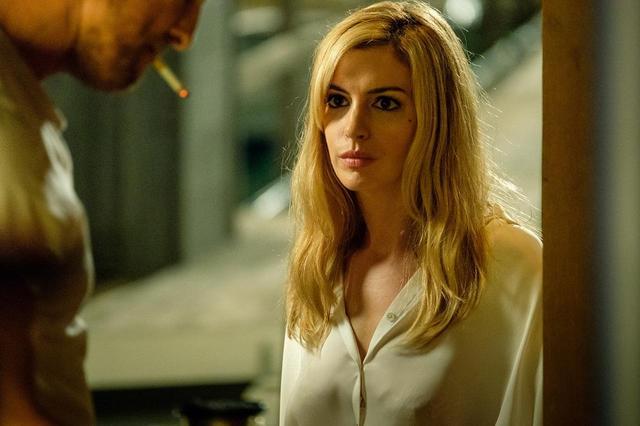 画像: アン・ハサウェイがブロンド美女に変身!Netflixオリジナル作品でマシュー・マコノヒーと豪華共演 - SCREEN ONLINE(スクリーンオンライン)