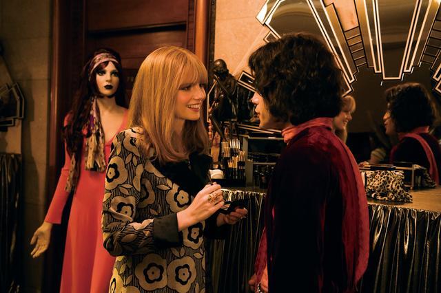 画像: 運命の女性、メアリーに出会ったフレディ。初々しい二人の会話に胸ときめく