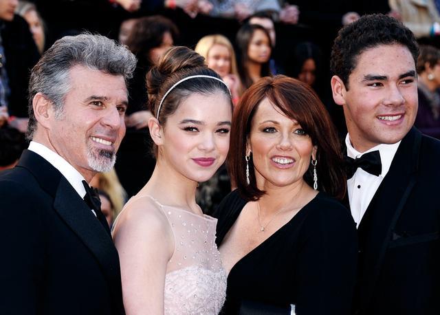 画像: 父ピーター、母チャーリー、兄グリフィンと Photo by Kevork Djansezian/Getty Images
