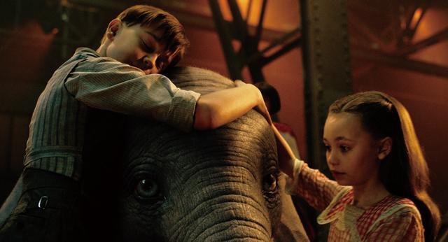 """画像: ダンボの世話をしていた子どもの前で、ダンボは大空へ舞い上がる。""""欠点""""だと思われていた大きな耳は個性であり強さだったのだ。"""