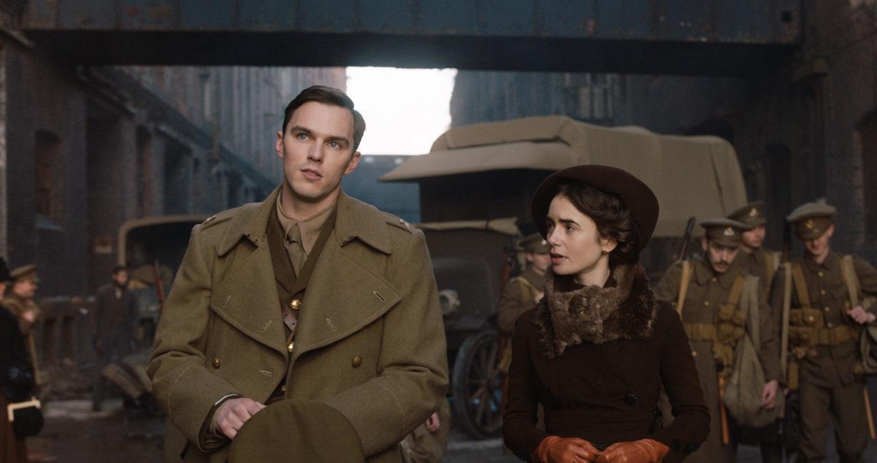 画像: トールキンを演じるニコラス・ホールト、妻エディスを演じるリリー・コリンズ