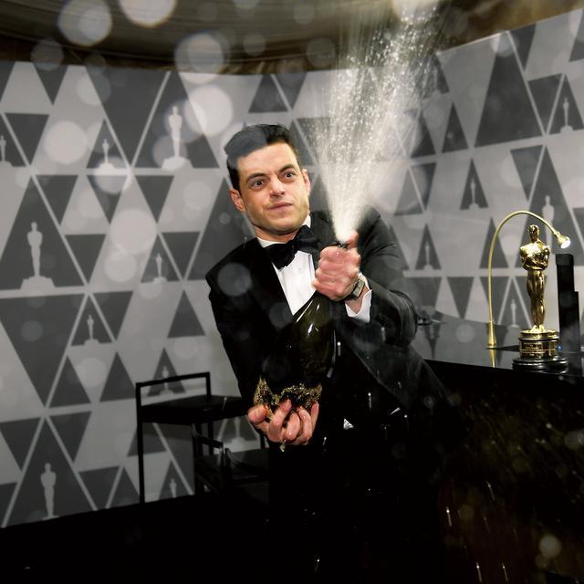 画像: オスカー授賞式後のボールルームでシャンペンを開けて受賞を喜ぶマレック