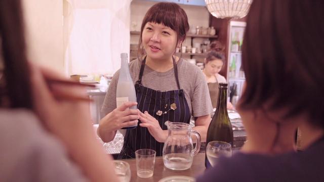 画像: 日本酒バー店長の千葉麻里絵