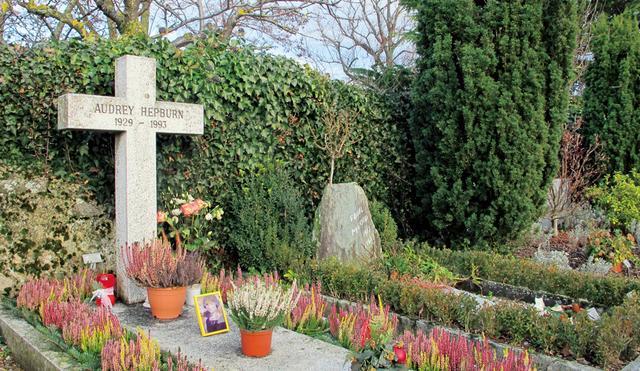 画像: スイスのトロシュナにあるオードリーのお墓