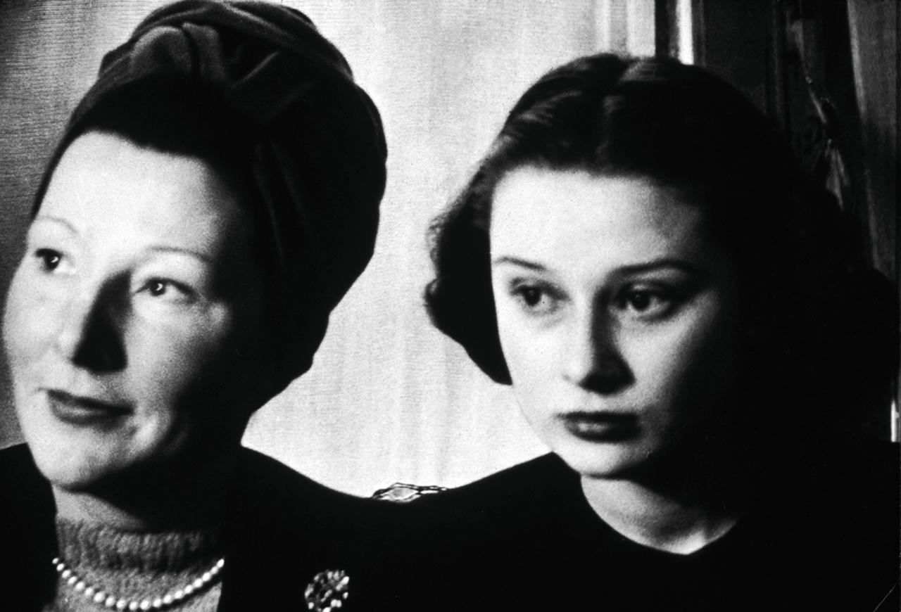 画像: 母エラとティーンの頃のオードリー