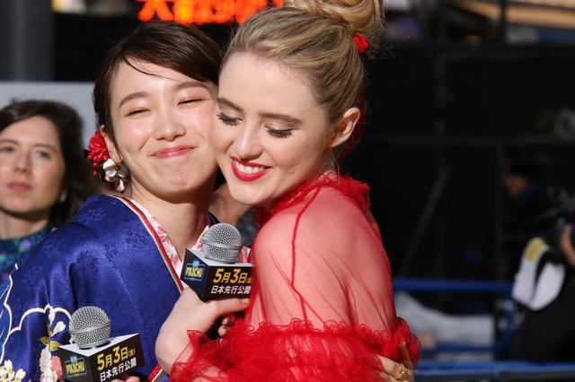画像: カメラが回っていないところでもおしゃべりしていたキャスリンと飯豊♡