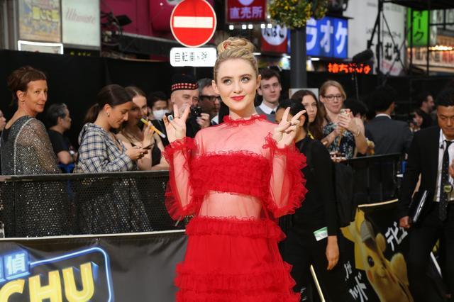 画像: 真っ赤なドレスがお似合いのキャスリン