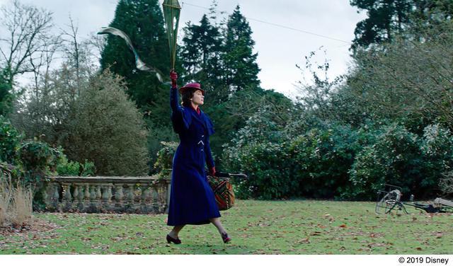 画像: メリー・ポピンズ役のエミリー・ブラントが宙づりで絶叫⁉