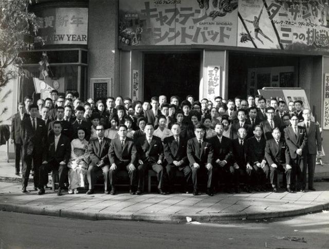 画像: 新春の武蔵野館従業員集合写真(昭和39年1月) ※武蔵野興業株式会社 所蔵写真