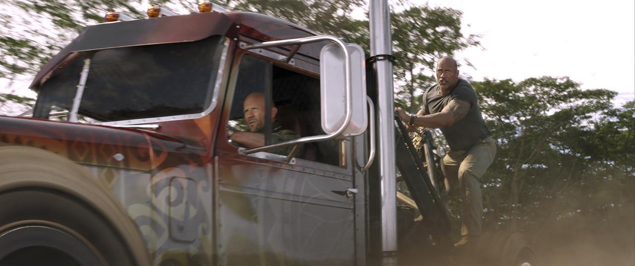 画像: 車が連鎖しヘリをチェーンで引っ張り落とす!『ワイルド・スピード/スーパーコンボ』予告編が到着! - SCREEN ONLINE(スクリーンオンライン)