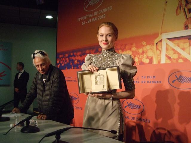 画像: 女優賞のエミリー・ビーチャム