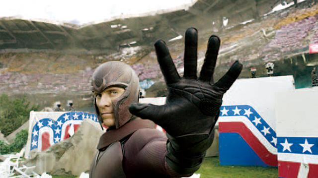 画像: マグニートーがヘルメットをかぶっているのは?