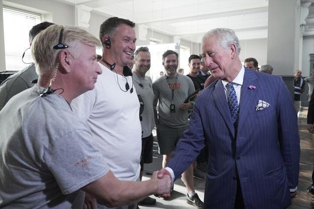 画像: スタッフとも挨拶を交わすチャールズ皇太子