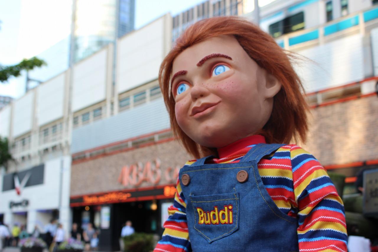 画像: 秋葉原駅前に佇むバディ人形