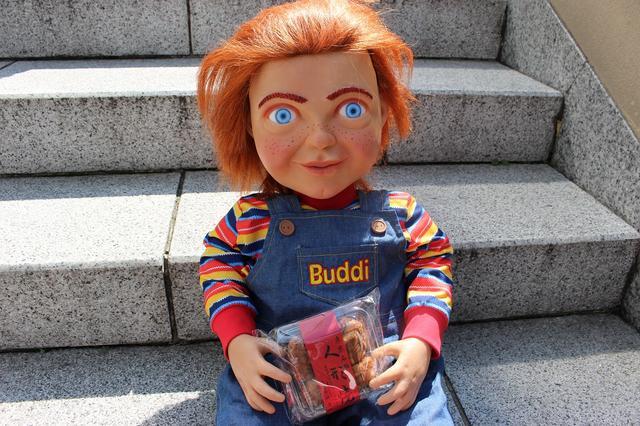 画像: 人形焼きにご満悦なバディ人形