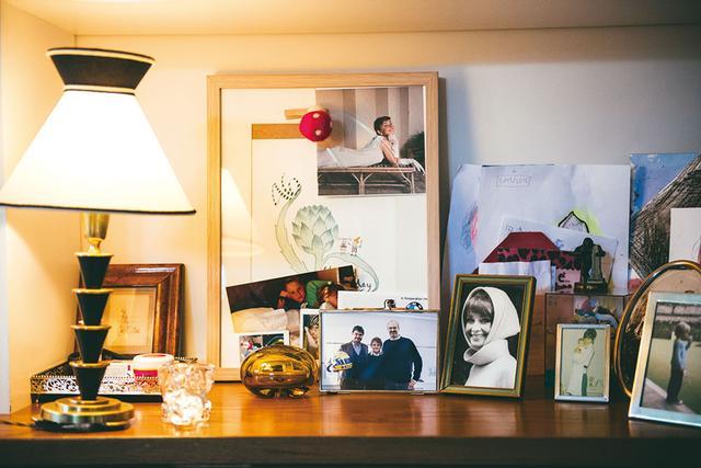 画像: 思い出の写真などが飾られたテーブル