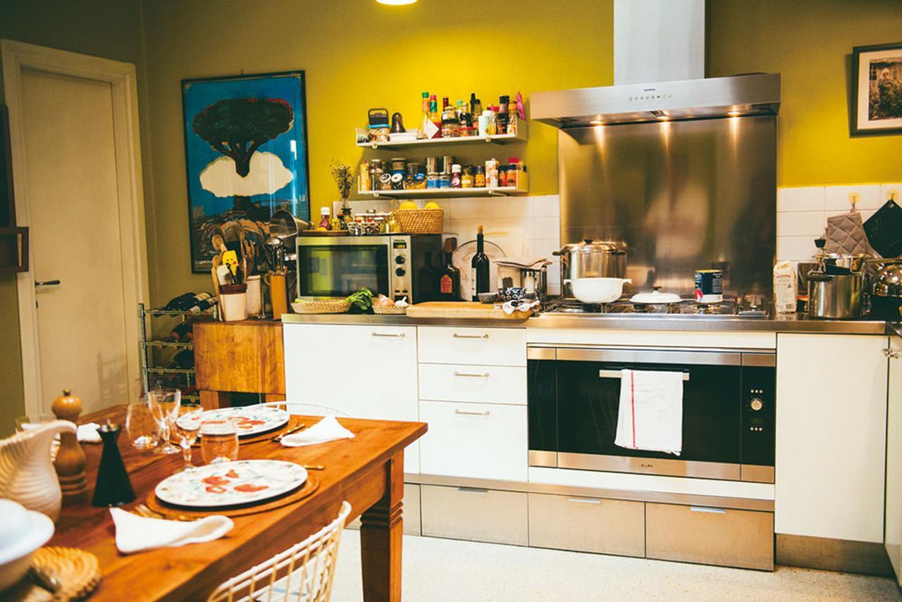 画像: 黄色い壁のキッチン