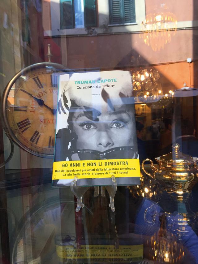 画像: オードリーが表紙の本を飾っていた骨董店(筆者撮影)