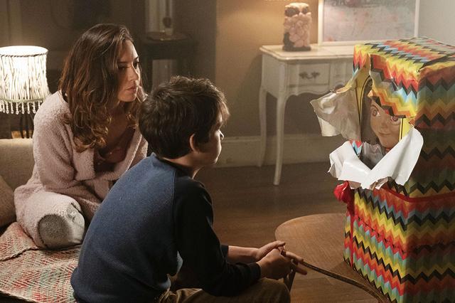 画像: シングルマザーのカレン(オーブリー・プラザ)はアンディに新しい人形を贈る