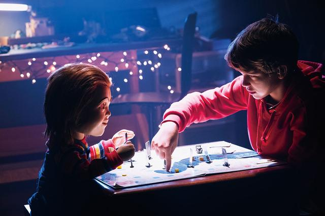 画像: 孤独なアンディ少年(ガブリエル・ベートマン)は人形のチャッキーが友達