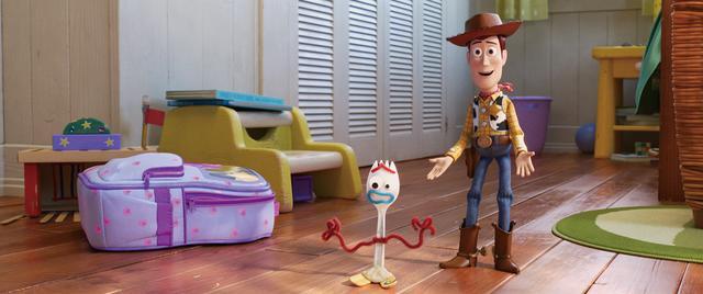 画像: 大人になったアンディに代わる新たな持ち主ボニーのもとで暮らしているおもちゃたち。ウッディは幼いボニーを優しく見守り、フォーキーを守ることを今の役目としている。