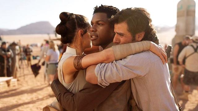 画像: クランプアップを迎えて感慨深い表情で抱き合うレイ役のデイジー・リドリー、フィン役のジョン・ボイエガ、ポー・ダメロン役のオスカー・アイザック