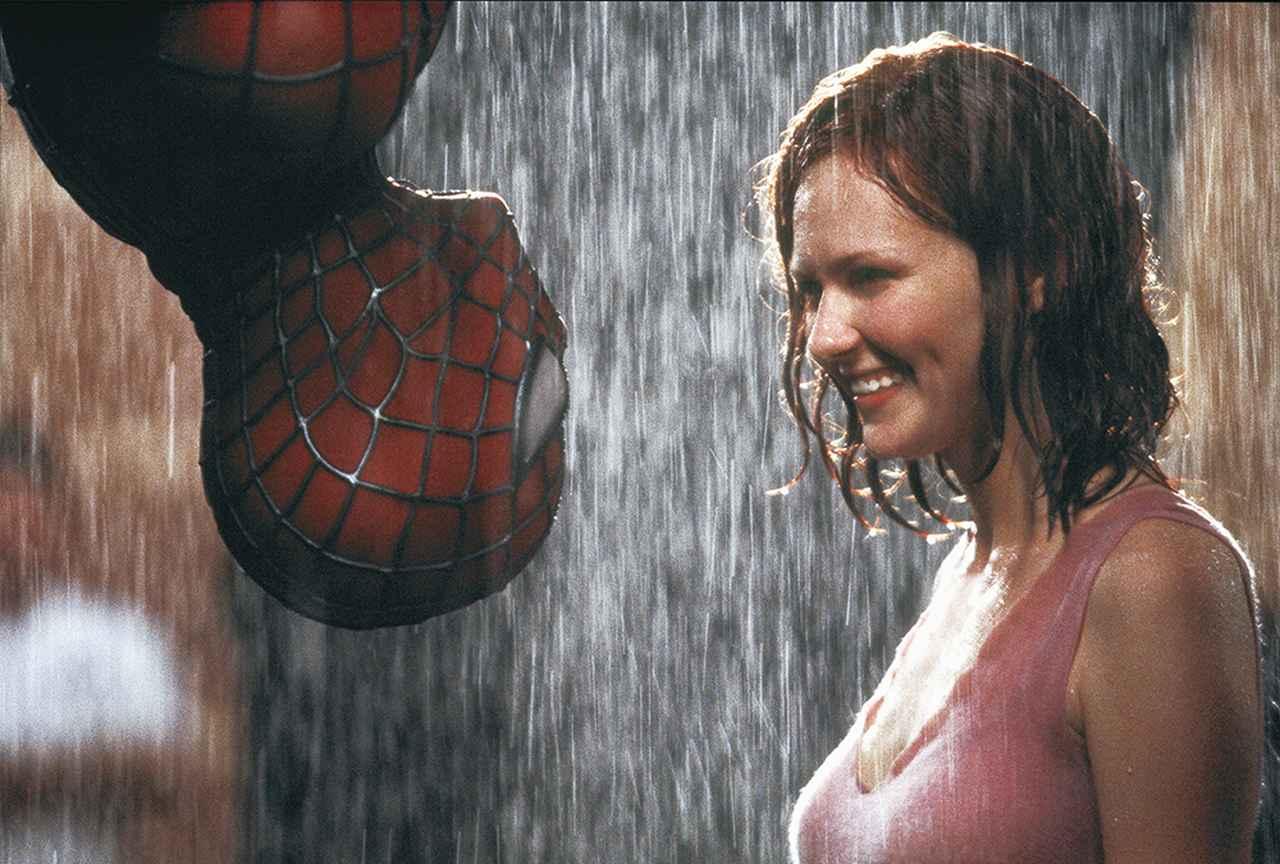 画像: キルステン・ダンストが演じたMJ(「スパイダーマン」より)とスパイダーマンの雨の中のラブシーン