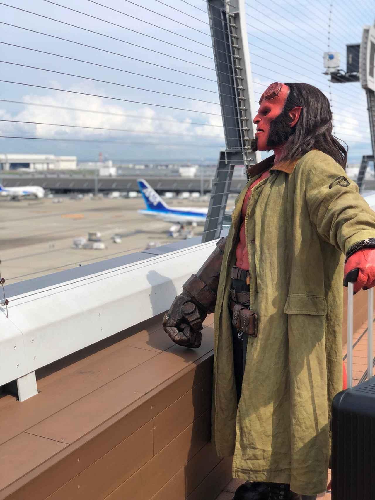 画像: 展望デッキから日本の風景を楽しむヘルボーイ